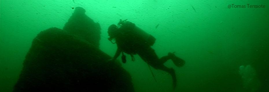 Wrak in zee met duiker